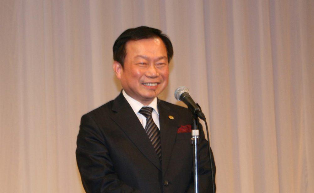 テーラー井場100周年で祝辞を述べる現世界連盟・ホー会長
